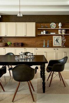 """Casa de campo Atibaia - Cozinha estilo retrô contemporâneo - """"A cozinha planejada da Ornare ganha a companhia das poltronas de Charles e Ray Eames ao redor da mesa."""" - Projeto: João Armentano. Mais no Casa Vogue - (Foto: Ricardo Labougle)"""