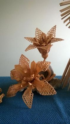 (1) Bene Ircsi Fonodája Straw Art, Weaving Designs, Newspaper Crafts, Paper Basket, Papercutting, Weaving Art, Diy Paper, Basket Weaving, Handicraft