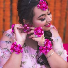 Check floral jewellery alternatives for brides that they can try on their weddings. These floral jewelry alternatives you can try on your wedding ceremonies and on any function. Indian Wedding Bride, Indian Wedding Jewelry, Bridal Jewelry, Wedding Lehnga, Bollywood Wedding, Wedding Couples, Indian Jewelry, Wedding Ideas, Flower Jewellery For Mehndi