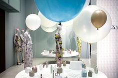 large sphere balloons // cool shops Visual Merchandising Displays, Big Balloons, Max Co, Front Windows, Window Design, Retail Design, Ceiling Lights, Product Presentation, Creative