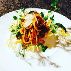 Welcome to 2017 Spaghetti Bolognese 👏🏻 Italian Main Courses, Spaghetti Bolognese, Japchae, Ethnic Recipes, Food, Italian Entrees, Italian Main Dishes, Essen, Meals