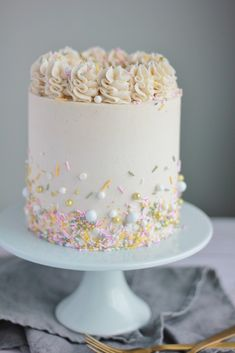 Weißer Kuchen mit Vanille-Buttercreme – Backen mit Blondie White cake with vanilla buttercream – baking with blondie bake cream Pretty Cakes, Beautiful Cakes, Amazing Cakes, Food Cakes, Cupcake Cakes, Icing Cupcakes, Cake Fondant, Sweets Cake, Cupcake Recipes