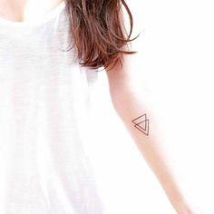 tatouage triangle signification femme, les plus beaux tatouage minimaliste femme