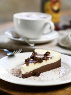 La cheesecake bicolore è un dolce al cioccolato e senza uova, non contiene gelatina alimentare (di origine animale) e per questo è un dessert vegetariano.