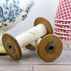 Anciennes bobines de fil - fil à tisser - vieilles bobines - décoration française - chic - antique décoration - ancienne mercerie par ChezUlysseVintage sur Etsy https://www.etsy.com/fr/listing/505468981/anciennes-bobines-de-fil-fil-a-tisser