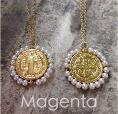 f3bde3e6d133 Medalla de San Benito en chapa de oro y perlas cultivadas. Magenta joyería.