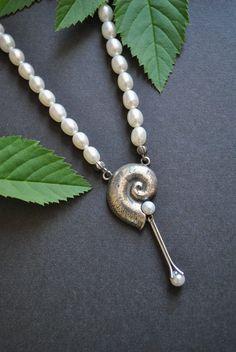 """Perlenkette """"Cecilia"""" mit einer Schnecke aus Silber und kleinen Perlen besetzt. #dirndl #trachten #perlen #perlenkette #trachtenschmuck #dirndlschmuck #halskette Belly Button Rings, Pearl Necklace, Pearls, Jewelry, Brooch, Neck Chain, Jewellery Making, Snail, Gems Jewelry"""