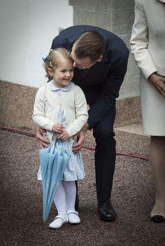 Princesse Estelle obtient un baiser affectueux par papa.
