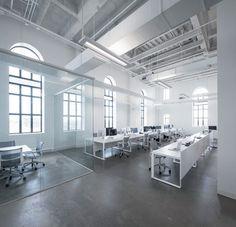 白を基調にしたシンプルなオフィスのアイデア