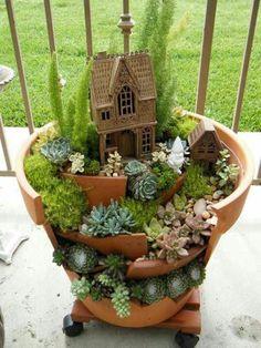 gartendekoration selber machen Minigarten aus zerbrochenem Keramiktopf