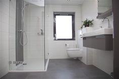 <p>Strakke lijnen tekenen deze bijzonder fraaie badkamer. De asymmetrische indeling van de spiegel in combinatie met de chique kleurstelling van het meubel geeft deze badkamer n