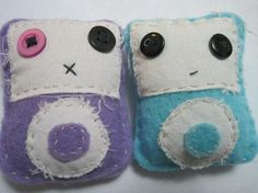 Free tutorial with pictures on how to make a gadget plushie in under 120 minutes by sewing with felt and buttons. Inspired by geeky, gadgets, and ipod. Button Art, Button Crafts, Diy Buttons, Plushies, Diy Tutorial, Ipod, Gadgets, Dolls, Beads