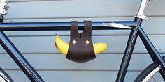 Mit Ken Sugimotos Banana Holder aus echtem Leder lassen sich nahrhafte Bananen mit Stil transportieren. Die Halterung lässt sich zum Beispiel am Fahrrad oder am Gürtel befestigen.