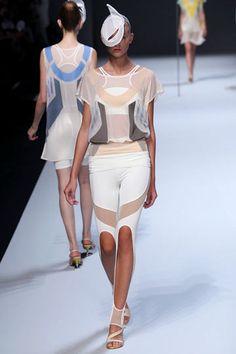 Issey Miyake-   sports wear inspired - Legging com vazado e meia arrastão ou metalica.