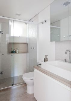 O piso do banheiro é o mesmo utilizado na cozinha, porcelanato com aparência de concreto, para dar uniformidade aos espaços.…