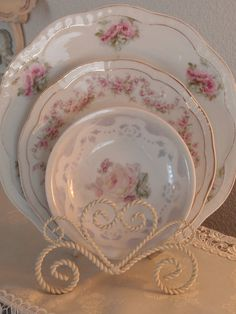 romantic Soothing wall color, marble, tub Display of pretty plates (inspiration) shabby chic home decor wedding beach house Vintage Shabby Chic, Shabby Chic Style, Vintage Tea, Shabby Chic Decor, Vintage Floral, Chabby Chic, Vintage Decor, Decoration Shabby, Decoration Table