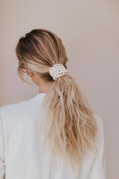 Boho Hairstyles Find the perfect hair accessories for your big day like this low pony wrapped in pearls. Photo: Hairstyles Find the perfect hair accessories for your big day like this low pony wrapped in pearls. Kelsey Rose, Boho Waves, Medium Hair Styles, Long Hair Styles, Bride Hairstyles, Low Pony Hairstyles, Simple Hairstyles, Everyday Hairstyles, Formal Hairstyles