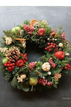 Fresh Christmas Wreath 06 Christmas Arrangements, Christmas Centerpieces, Flower Arrangements, Christmas Decorations, Holiday Decor, Christmas Time, Christmas Crafts, Corona Floral, Botanical Decor