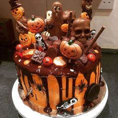 it& nearly that time again, here& the Chocolate Halloween Drip Cake. As it's nearly that time again, here's the Chocolate Halloween Drip Cake. As it's nearly that time again, here's the Chocolate Halloween Drip Cake. Dulces Halloween, Bolo Halloween, Pasteles Halloween, Halloween Birthday Cakes, Halloween Party Snacks, Halloween Sweets, Halloween Baking, Fete Halloween, Halloween Cupcakes
