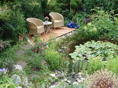 Neuer Sitzplatz im Garten gefällig? Eine Bank, etwas Sichtschutz – schon mit einfachen Mitteln können Sie eine Gartenecke wohnlich gestalten. Hier finden Sie 12 Ideen zum Nachmachen.