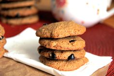 Gluten-Free Vegan Chocolate Chip Cookies Recipe with NO refined sugars. Healthy Recipes For Weight Loss, Healthy Meals For Kids, Healthy Baking, Easy Healthy Recipes, Quick Easy Meals, Vegan Chocolate Chip Cookie Recipe, Healthy Vegetarian Breakfast, Chia Seed Smoothie, Chicken Mushroom Recipes