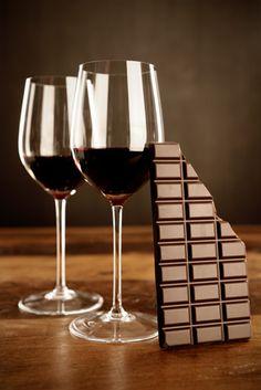 Vino y Chocolate! Chocolate E Queijo, Vino Y Chocolate, Chocolate Party, Artisan Chocolate, Wine Tasting Party, Wine Parties, Wine Photography, Wine Art, Wine Quotes