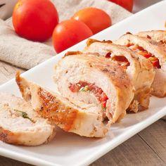 Limpia las pechugas de pollo y quítales la grasa. Con cuidado pártelas a la mitad, añade sal y pimienta y déjalas reservadas.