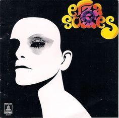 """Avec Elza Soares (1973), Elza Soares poursuit sa quête de modernité, à la suite de l'album Sangue, Suor E Raca (1972), marquée par des arrangements toujours aussi """"agressifs"""" et l'utilisation de temps à autre des claviers """"électriques"""". C'est aussi un..."""