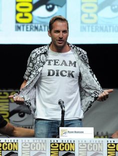Ryan Hansen at event of Veronica Mars - It is only right for Ryan to wear a Team Dick t-shirt, haha!