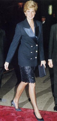 Diana Aldwych Theatre _ The Core Trust Day Centre _ The London Palladium. _ Octobre 1990 Princess Diana au the Accademia Italiana _ Princess Diana Family, Royal Princess, Princess Of Wales, Lady Diana Spencer, Kate Middleton, Estilo Gigi Hadid, Diana Fashion, Diane, Queen Of Hearts