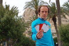 Félix Maestro cansado de las pesadas guías de viaje ha inventado una para Alicante con formato de baraja de cartas que además incluye descuentos en lugares de ocio. Más en http://tusiniciativas.com/alicante54