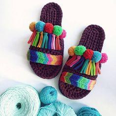 70 ideas for crochet slippers cute yarns Crochet Sandals, Crochet Shoes, Crochet Slippers, Crochet Crafts, Crochet Projects, Free Crochet, Knit Crochet, Crochet Slipper Pattern, Crochet Patterns