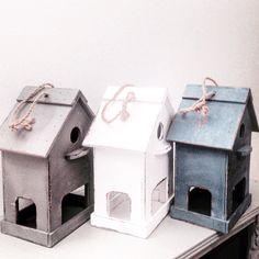 Decoratief vogelhuisje met voederbak. In de kleur wit, grijs of blauw. € 12,95