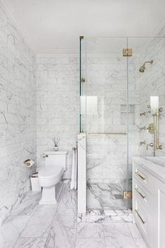 20 Ideen zum Kombinieren von Fliesen in Ihrem Badezimmer white marble tiles on the walls and floor, smaller ones and larger ones on the floor - Marble Bathroom Dreams Bathroom Interior, Shower Remodel, White Marble Bathrooms, Bathrooms Remodel, Bathroom Makeover, Bathroom Design Small, Luxury Bathroom, Bathroom Renovations, Marble Tile Bathroom