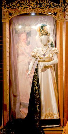 Este figurino é inspirado no vestido usado por Leopoldina na coroação de D. Pedro I. Criado por Debret