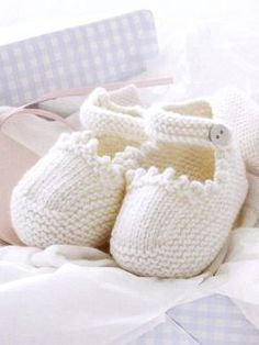 Stricken The good news is: the pattern for these supercute shoes is free! The bad news is… – Stricken Baby Knitting Patterns, Knitting For Kids, Knitting Socks, Baby Patterns, Knitting Projects, Hand Knitting, Crochet Baby Booties, Knit Or Crochet, Couture Bb