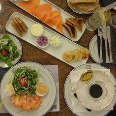 Someone hungry? 🍴😋 #Harrods #London #smokedsalmon #caviar #shrimp #rosechampagne #moalmada @caviarhouseprunier @harrods