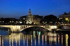 Puente de San Telmo  y Torre del Oro en  Sevilla, España