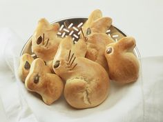Häschen-Brötchen zu Ostern| http://eatsmarter.de/rezepte/haeschen-broetchen-zu-ostern