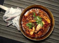 Geschmortes vom Huhn mit einer Sauce aus Cherrytomaten, zerstossenem Kakao, Schalotte und Limette, garniert mit Basilikum.