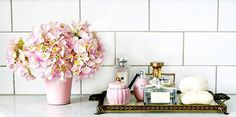 Cris Felix What clothes do I go with: Small closet for apartment – My ideas - Modern Bandeja Perfume, Plate Shelves, Perfume Display, Perfume Storage, What's Your Style, Arte Floral, Vignettes, Rustic Decor, Decor Styles