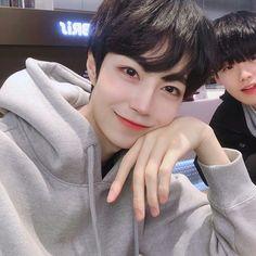 Beautiful Boys, Most Beautiful Pictures, Cool Pictures, Korean Boys Ulzzang, Ulzzang Boy, Rude Boy, Asian Boys, Mochi, Cute Guys