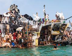 Die Swimming cities sind Transportmittel, Unterkunft und Kunstskulptur in einem. Angetrieben werden sie von alten Automotoren, sonst wird alles verbaut, was an Sperrmüll zu finden ist. Das Foto entstand auf der Fahrt zur Biennale in Venedig. -