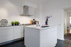 Fehér konyhabútor felső szekrények nélkül, konyhaszigettel