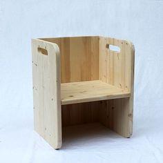 """Para nuestra línea de mobiliario infantil utilizamos materiales respetuosos con el medio ambiente y con la salud de los niños: - Madera de Abeto- Tornillos de Zinc y Niquel - Acabado con barniz al agua Mate...............................................Silla de inspiración Montessori para niños a partir de 18 meses. Asiento en dos posiciones, así la silla """"crece"""" con el niño. Esta silla se puede utilizar como mesa para la silla cubo pequeña. Cuando e..."""