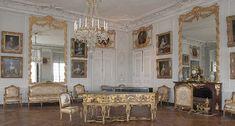 Planta Baja - El gran gabinete de Madame Victoria -En origen, aquí se encontraba el gabinete octogonal de los baños de Luis XIV. En 1763, las Medames consiguieron que se sustituyese su decoración, pasada de moda; por otra más elegante de la que se conserva la cornisa, las boiseries de las esquinas de la estancia y la chimenea. El clavecín de Blanchet recuerda que Madame Victoria tocaba magníficamente este instrumento y que Mozart le dedicó sus seis primeras sonatas para clave.