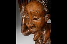 """Luba femenino taburete cariátide por el """"Maestro del Buli"""", la República Democrática del Congo. Altura 51 cm, diam. 30,5 cm"""