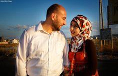 Cresciuti nello stesso quartiere della città di Dara'a,in Siria,Minear e Khoula non si erano mai incontrati.Quando hanno iniziato a scriversi su whatsapp lei era ancora in Siria,mentre lui era già fuggito in Giordania.Non sapevano se sarebbero mai riusciti a stare insieme,ma quando finalmente lei è arrivata in Giordania,si sono innamorati e sposati.Oggi aspettano un bambino,che purtroppo nascerà lontano dal loro paese, quella Siria che dopo quattro anni continua a essere dilaniata dalla…
