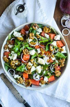 Vandmelonsalat med feta og honningristede valnødder | JulieKarla Greek Recipes, Raw Food Recipes, Healthy Dinner Recipes, Vegetarian Recipes, Salad Menu, Salad Dishes, Easy Salad Recipes, Easy Salads, Waldorf Salat