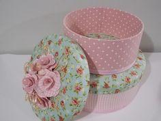 Kit Caixa de chapéu forradas por dentro e por fora com tecido 100% algodão. <br>Tampas Estofadas. <br>Aplique de Flores de tecido. <br>Caixa P 21,5 cm de diâmetro e 10 cm altura <br>Caixa M 26,5 cm de diâmetro e 10 cm altura